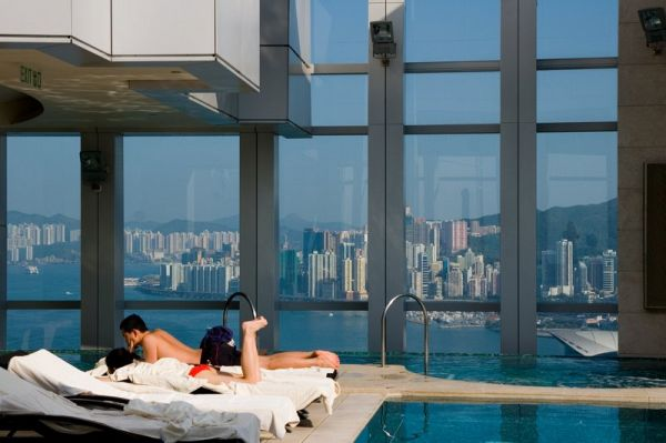 Baseinas ant Four Season Place viešbučio stogo Honkonge